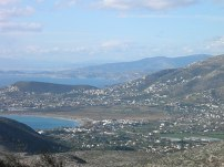 Η κωμόπολη τής Π. Φώκαιας και οι αλυκές Αναβύσσου, όπως φαίνονται από τον Προφήτη Ηλία