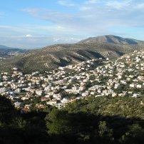 Η κωμόπολη τής Σαρωνίδας, όπως απλώνεται στις πλαγιές του Ολύμπου