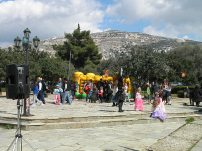 Η πλατεία τής Σαρωνίδας, στην οποία γίνονται διάφορες εκδηλώσεις