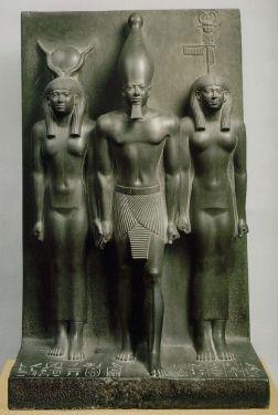 Ο φαραώ Μυκερίνος και τοπικές αιγυπτιακές θεότητες