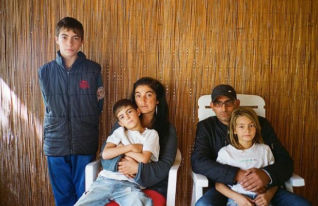 Η αγροτική οικογένεια Gerlando κατάγεται από τη Νάπολη, αλλά μετακόμισε όταν τα πρόβατά της άρχισαν να μεταλλάσσονται. Φωτογραφία: Lele Saveri/VICE