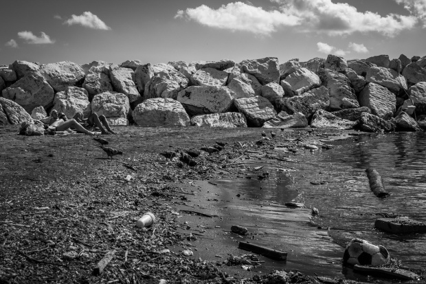 Στοίβες σκουπιδιών σε μία ακτή της Νάπολης. Φωτογραφία: Mario Mancuso/Flickr