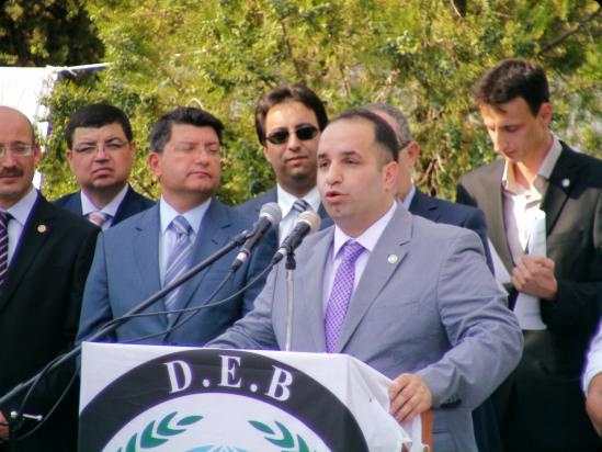Ο Mustafa Ali Çavuş, πρώην καφετζής της αποκαλούμενης «Τουρκικής Νεολαίας Κομοτηνής» και νυν επικεφαλής του DEB στο μνημόσυνο του Σαδίκ Αχμέτ το 2011. Πίσω δεξιά του, ο τότε Τούρκος πρόξενος Κομοτηνής Mustafa Sarnıç.