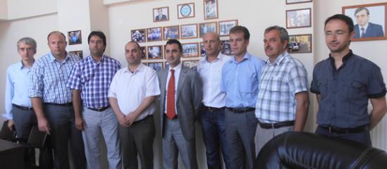 Ο πρόξενος της Τουρκίας στην Κομοτηνή Osman İlhan Şener (κέντρο) στα γραφεία του DEB μετά την ανάληψη των καθηκόντων του τον Ιούλιο του 2012. Στα δεξιά του, ο Mustafa Ali Çavuş.