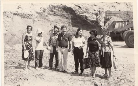Φωτογραφία τραβηγμένη στον αρχαιολογικό χώρο της Αμφίπολης Σερρών, το 1979, από τον Δημήτρη Λαζαρίδη, με την ομάδα αρχαιολόγων που δούλευαν μαζί του. Η δεύτερη από αριστερά είναι η κ. Κατερίνα Περιστέρη.