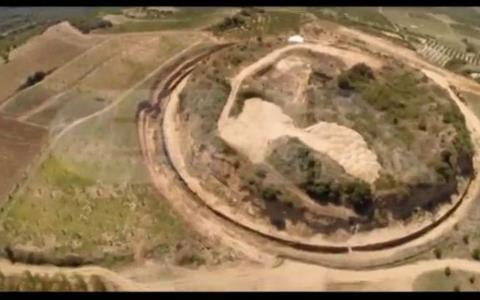 Ο τύμβος της Αμφίπολης από ψηλά.