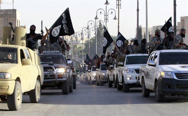 Μαχητές του Ισλαμικού Κράτους παρελαύνουν