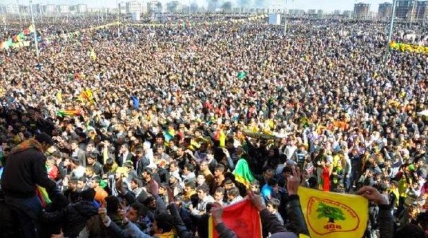 Εκατοντάδες χιλιάδες Κούρδοι σε γιορτή-διαδήλωση του Νεβρόζ, στο Ντιγιαρμπακίρ